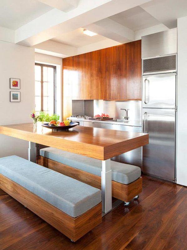 Cocina pequeña con muebles de madera grandes