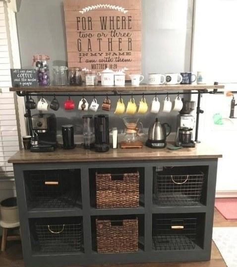 Coffe corner con tazas colgadas
