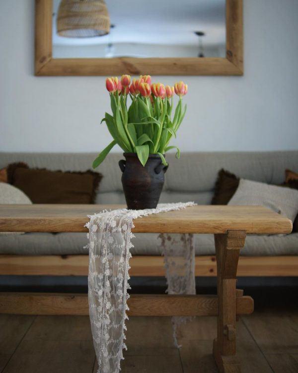 Salón en madera y con maceta de flores, decoración WABI SABI