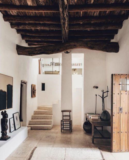 Casa techos altos en madera natural wabi sabi
