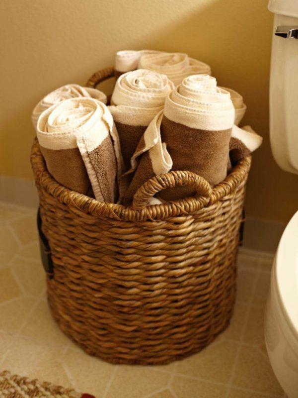 Como colocar las toallas en el bano decoracion en un cesto en el suelo