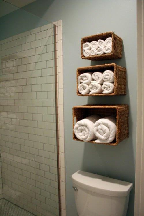 Como colocar las toallas en el bano decoracion en un cesto y enrolladas