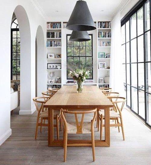 Cocina de casa de campo grandes ventanales