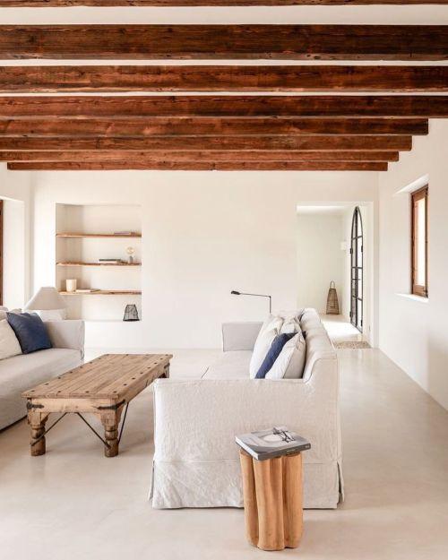 Vigas de madera en casa pintada de blanco