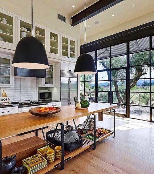 Cocina de casa rural con grandes ventanales