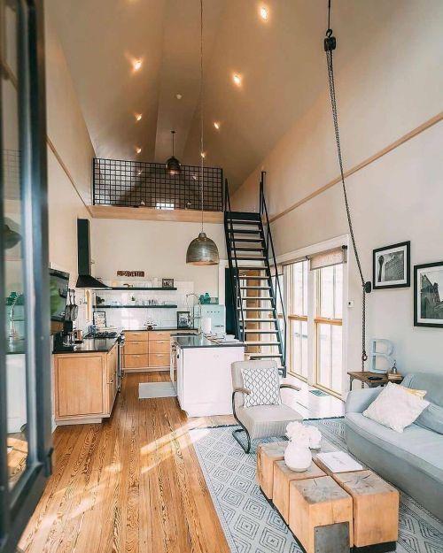 Sofá moderno en casa de campo