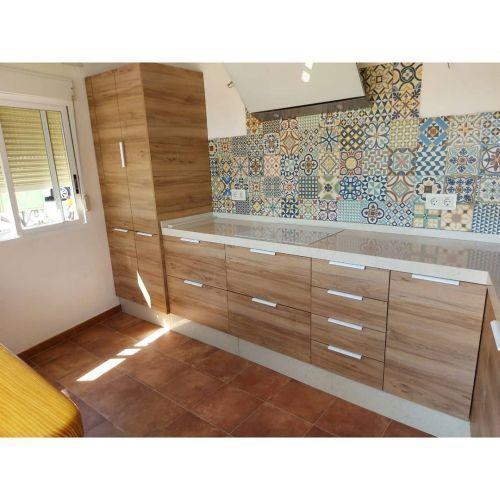 Cocina en madera y azulejos