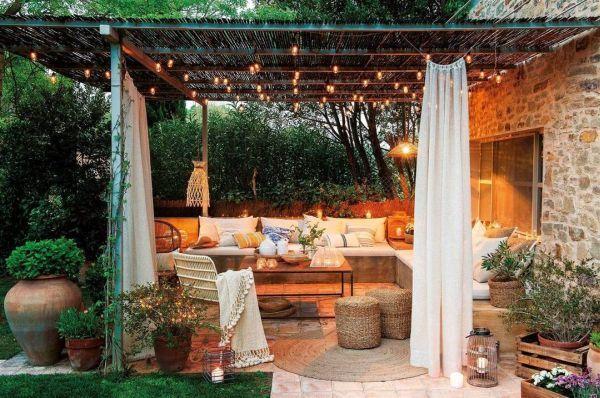 Salón al aire libre en casa de campo