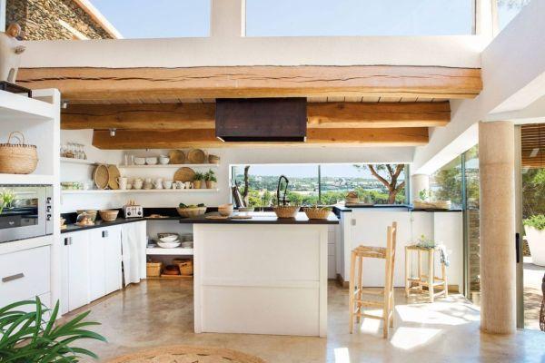 Cocina de casa de campo con vigas de madera