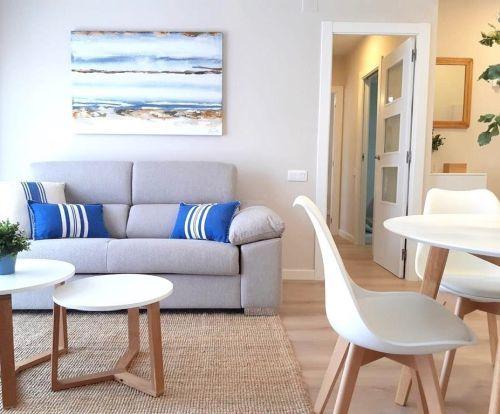 Salón con muebles en madera y cojines de rayas azules