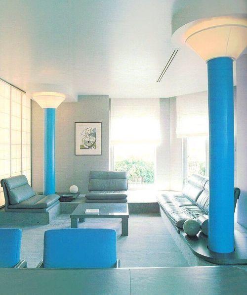 Salón en azul baby con columnas azules