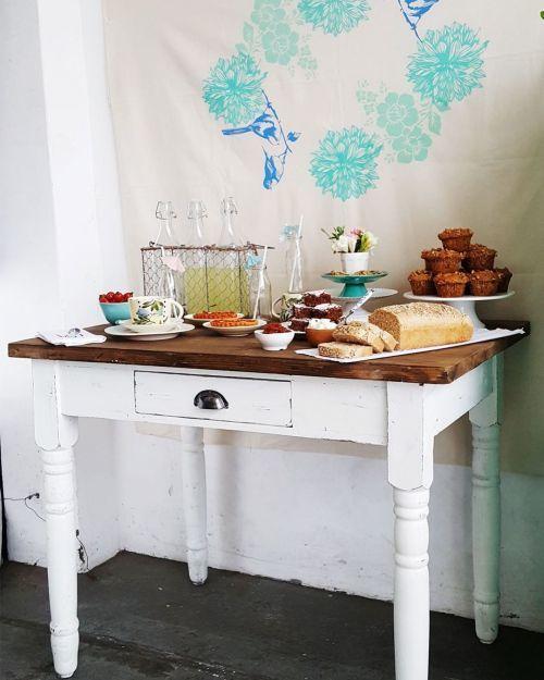 Mesa de madera antigua blanca