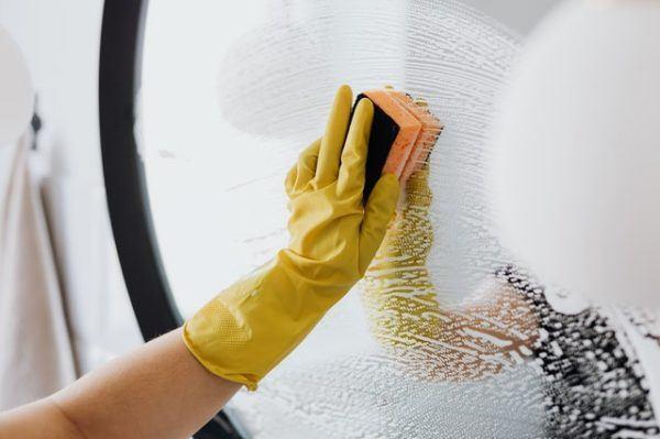 Limpieza de espejos y baños
