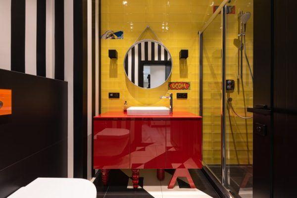 Cuarto de baño rojo y amarillo