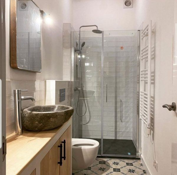 10 reformas de banos pequenos para inspirarte 2021 2022 baño rustico paredes blancas