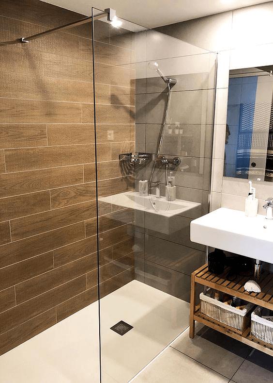 15 banos pequenos con ducha 2021 2022 pared de madera