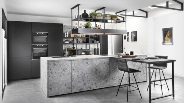 15 cocinas pequenas abiertas al salon 2021 2022 Cocina SCHMIDT color gris
