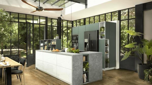 15 cocinas pequenas abiertas al salon 2021 2022 cocina SCHMIDT cristalera