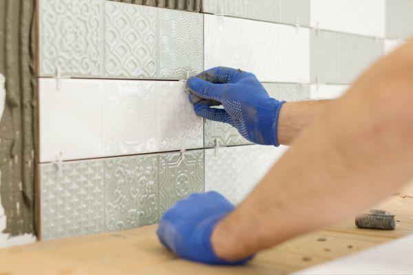Limpiando azulejos de la cocina