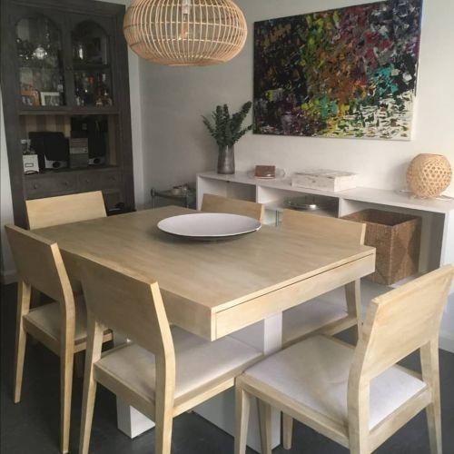 Mesa y sillas a la tiza efecto madera