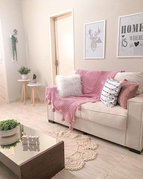 Salón con sofá adornado con manta de crochet