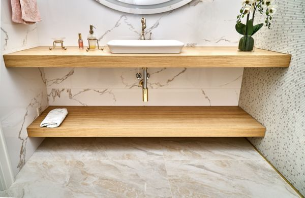 Estante con soportes ocultos baño