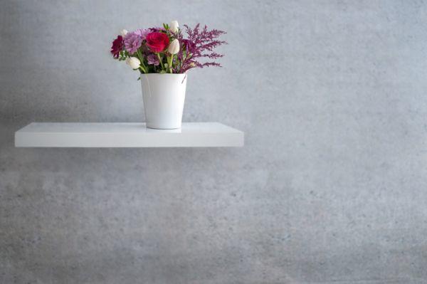 Estante con soportes ocultos para jarrón de flores