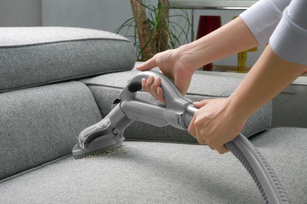 Cepillando sofá
