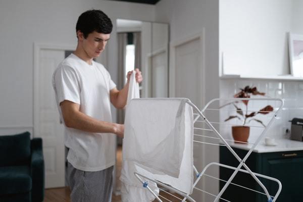 Hombre tendiendo sábanas