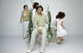 """Swing with the plants"", columpio con enredaderas"