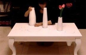 Mesa auxiliar con jarrones ocultos