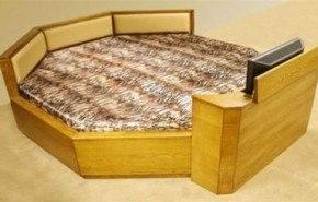 Una cama con televisor incorporado