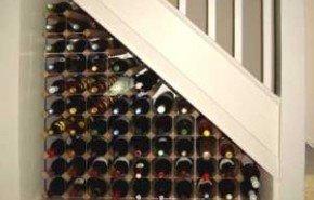 Aprovechar el hueco debajo de la escalera con una bodega